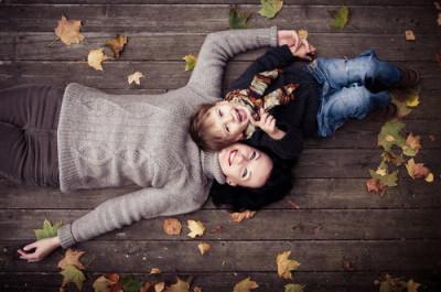 埼玉の遊び場で遊ぶ子どもとママのイメージ画像