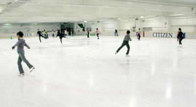東京・新宿区にあるアイススケートの館内画像01