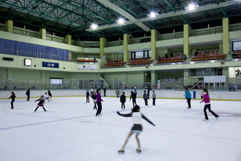 東京・江戸川区にあるアイススケートの館内画像02
