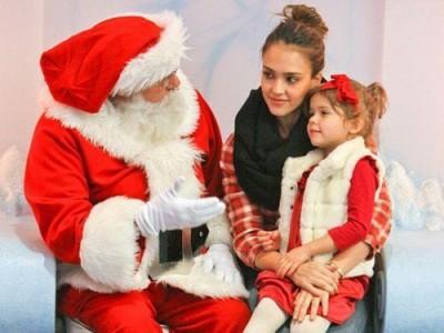 クリスマスにサンタに親子で挨拶するイメージ画像