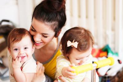 安心 地域子育て支援センターさぎぬま|川崎、室内遊びをする親子の画像