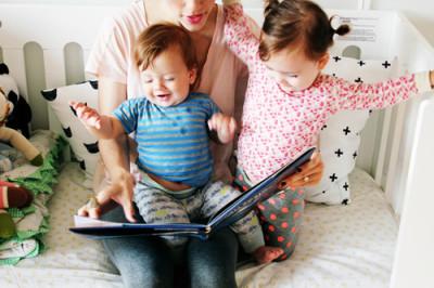 子どもと手作り体験教室、読み聞かせをしている画像