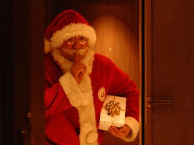 サンタクロースがプレゼント手渡し?ホテルニューオータニーのイメージ画像01