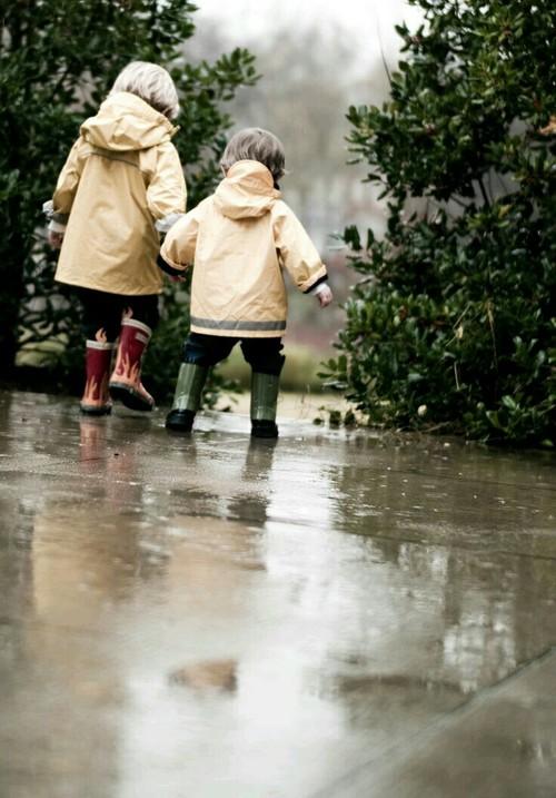 雨の日もご機嫌、子どもの画像