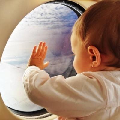 赤ちゃんと一緒の飛行機搭乗のイメージ画像