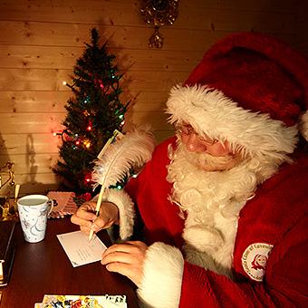 サンタクロースがプレゼント手渡し?ホテルニューオータニーのイメージ画像02