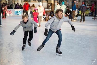 東京のスケートリンクで滑る兄弟のイメージ画像