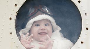 赤ちゃんの車と飛行機で子連れでおでかけのイメージ画像