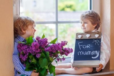 母の日の定番プレゼントを子どもと買うイメージ画像