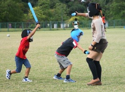 東京の遊び場でチャンバラをして遊ぶ子どもたちのイメージ画像