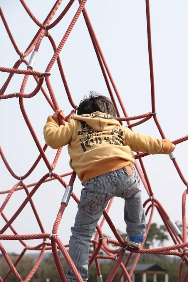 東京の遊び場で遊ぶ子どものイメージ画像