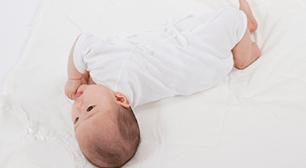 赤ちゃんの寝返りの時期を確認して子連れでおでかけ