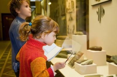 博物館を見学する子どもの画像