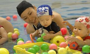 屋内プールで親子でレッスンを受ける東京ブリヂストンスポーツアリーナの画像