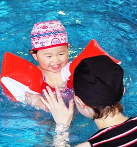 福岡県の室内で楽しめる太宰府スイミングクラブのプールの画像