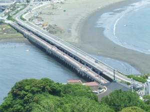 江ノ島と対岸を結ぶ桟橋の画像
