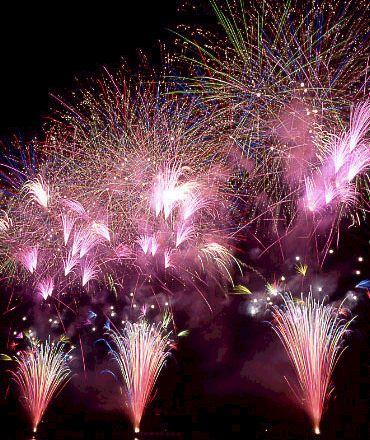 夏に子どもと一緒に楽しめる祭りの打ち上げられる花火の画像01