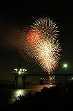 夏に子どもと一緒に楽しめる祭りの打ち上げられる花火の画像02