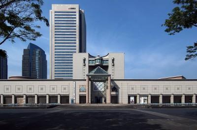 横浜美術館の外観と子どものアトリエの紹介の画像