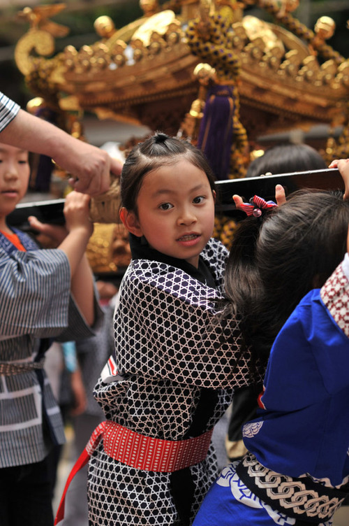 尾道ベッチャー祭りで観光と散策におすすめ・神輿を担ぐ子どもの画像