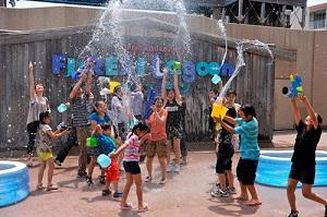 八景島シーパラダイスの新しいアトラクション、ウォーターパーティーで水遊びをする子どもの画像