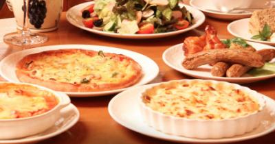 登戸のピザレストランで提供される料理の画像