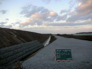 平成19年度 畑総(支援:一般)中央地区 1工区 工事終点方完成風景  工事概要:北海道千歳市中央 明渠排水路整備 L=482m 土砂掘削量 3,792㎥ 低水護岸工 連結コンクリートブロック張 1,743㎡