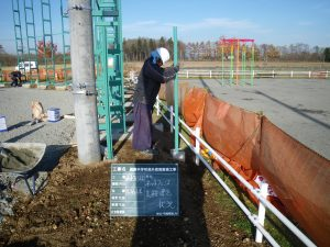 勇舞中学校屋外環境整備工事 ネットフェンス支柱建込  工事概要:北海道千歳市勇舞 勇舞中学校 ネットフェンス新設 H=1.8m L=78m