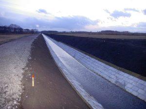平成19年度 畑総(支援:一般)中央地区 1工区 工事始点方完成風景  工事概要:北海道千歳市中央 明渠排水路整備 L=400m 土砂掘削量 3,271㎥ 低水護岸工 連結コンクリートブロック張 2,361㎡