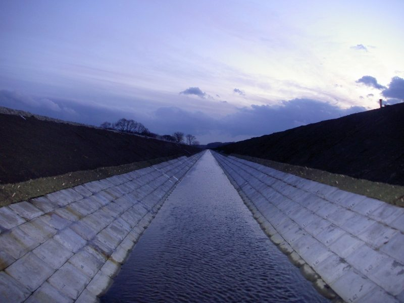 平成19年度 畑総(支援:一般)中央地区 1工区 明渠排水路完成風景  工事概要:北海道千歳市中央 明渠排水路整備 L=400m 土砂掘削量 3,271㎥ 低水護岸工 連結コンクリートブロック張 2,361㎡