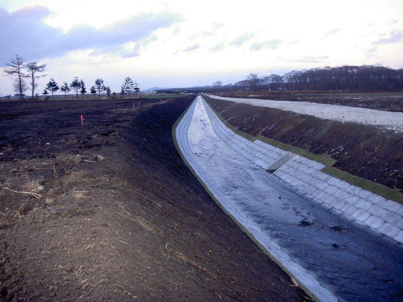 平成19年度 畑総(支援:一般)中央地区 1工区 工事終点方完成風景  工事概要:北海道千歳市中央 明渠排水路整備 L=400m 土砂掘削量 3,271㎥ 低水護岸工 連結コンクリートブロック張 2,361㎡