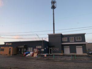 有限会社肉の山本 工場増築工事 完成風景  工事概要:北海道千歳市流通 食肉加工場増築(写真右) 鉄骨造2階建 785.81㎡