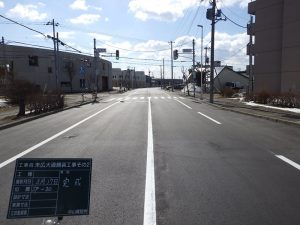 末広大通舗装工事その2 完成風景  工事概要:北海道千歳市花園 末広大通 道路改良(車道) L=192.8m W=11.0m 舗装総面積 2,320㎡ 街路灯更新 3基
