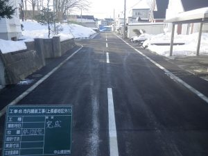 市内舗装工事(自由ヶ丘地区) 完成風景  工事概要:北海道千歳市自由ヶ丘 東07号道路 道路改良工事 L=123.1m W=8.0m(車道部6.0m、施設帯部1.0m×2)舗装総面積 879㎡