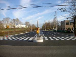 東7線道路舗装工事 工事始点方完成風景  工事概要:北海道千歳市北信濃 東7線大通 L=122m 車道部 W=9.0m 歩道部 W=3.5m 路盤工 1,512㎡ 路床工 2,174㎡ アスファルト舗装 1,687㎡ 区画線 L=673m