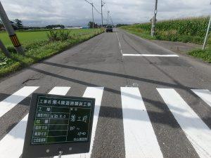 東4線道路舗装工事 工事始点方 着工前風景  工事概要:北海道千歳市長都 東4線道路 路上路盤再生工 L=520.0m W=6.0m  舗装打替え工 L=520.0m W=7.5m 舗装総面積 3,328㎡