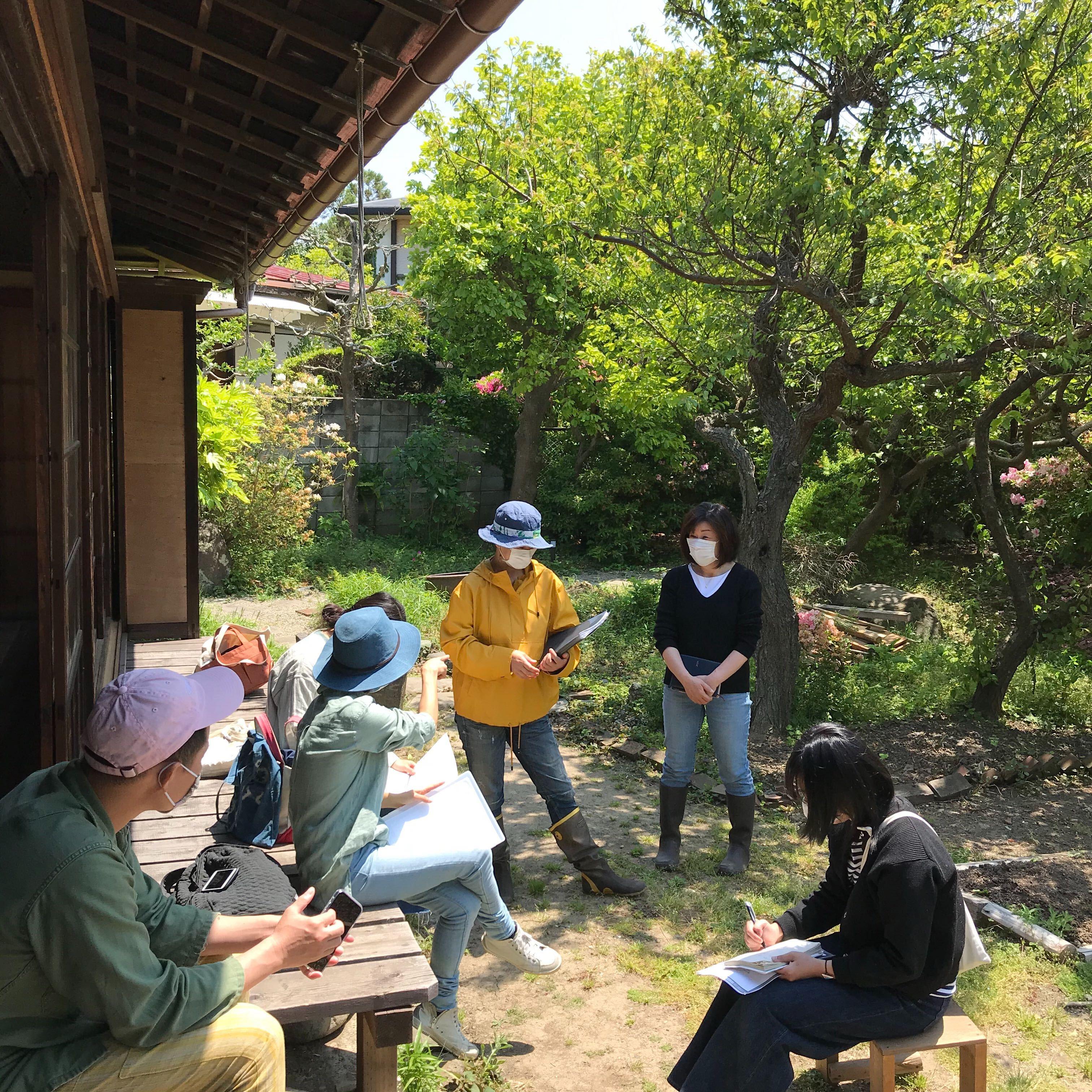 【施設運営レポート】晴れた日にはお庭でミーティング