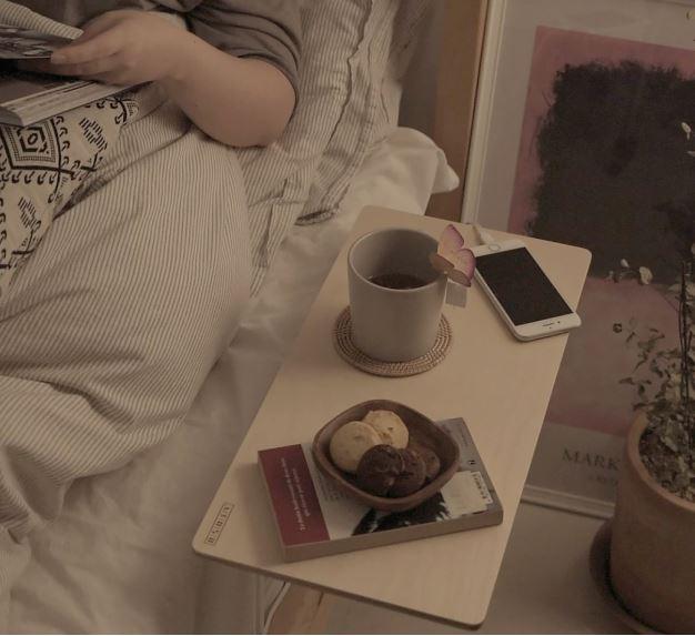 좁은 침대 위의 내 단짝 아토소 베드테이블