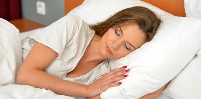 毎日の睡眠時間は足りてる?睡眠不足で起こる体ニキビの対策