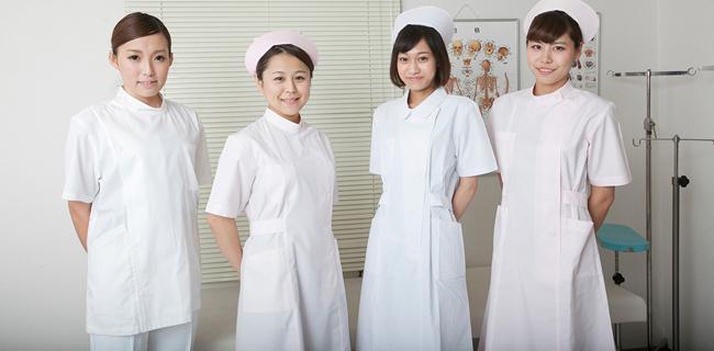 看護師のユニフォーム、ワンピースとパンツどっちがいい?