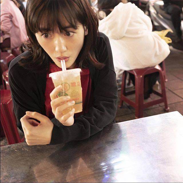 """ハルカノイセカイ on Instagram: """"寧夏夜市  これは、愛玉子(オーギョーチー)というゼリーのようなものが入ったレモンドリンクを飲んでる様子。 台湾にはこの愛玉子のドリンクが屋台に必ずと言っていいほど売られてます。 モッチモッチの食感をぜひ楽しんでください🥰  #綾瀬はるか #佐内正史 #ハルカノイセカイ…"""" (609668)"""