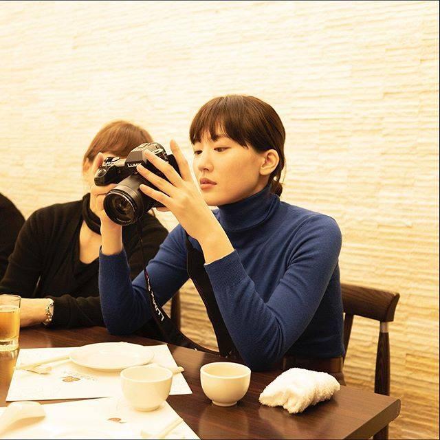 """ハルカノイセカイ on Instagram: """"人和園雲南菜  台北市中山區錦州街 16 號  スナップエンドウのスープが来るまで、撮影した写真をヘアメイクの中野明海さんと一緒に確認📷💕 #ハルカノイセカイ 台湾版のすべての写真は、Panasonicの#LUMIXS1R で撮影されているのです✨  #綾瀬はるか #佐内正史…"""" (614225)"""