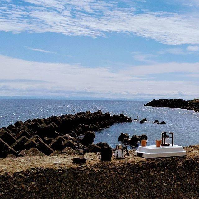 """𝟯𝟮𝟱𝟴 ミニ小屋 on Instagram: """"私たち夫婦の想い出が詰まった場所【天売島】🚢 過去お盆に数回訪れましたが、どれも良き楽しい思い出ばかり😆💓 ・ 去年の夏は天売の海辺で、3258のヘーゼルナッツのコーヒーを島を訪れた友人たちに振舞いました☕︎🍃 ・…"""" (882040)"""