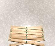 【伸びるマジックハンド】材料棒アイスの棒あるいはホームセンターで100円程度で打っている棒厚さ2ミリ、幅10ミリ、長さ90センチが70円でした割ピン(紙工作用のもの。ねじ止め用ではありません)通販などでは、送料別で110円/20個で売っているようです。道具穴開け用のキリ木を切る道具(アイスの棒ならそのまま切らなくても良いかも) 植木ようのハサミ(有ると楽) カッターナイフ セロハンテープ(割ピンの抜け止め) 定規 後述の穴開け位置を描くペンなど作り方木の棒を同じ長さに切る割ピンの支える力と、前述の木の厚さなら10センチ〜15センチが適当か?端から5ミリ。幅から真ん中の位置に記をする。キリで穴を開ける。あとは投稿画像のように割ピンで留めていく。割ピンが抜けないようにセロハンテープで止める。ポイント あまり長いものを作ると割ピンが外れやすくなります。 材料はカッターナイフで測って切り込みを入れてから植木のはさみで切ると楽でした。アイスの棒で始められると切る手間もなくよかったのですが、アイス買うより買った方が安かったので木を買いました。注意点 キリ、カッター、ハサミなど道具の扱い 割ピンの誤飲 伸ばしたときに人、物に当たらないように注意しましょう。