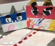 【鬼は外!鬼を追い払う豆入れ!](2、3歳)材料⚫︎空箱⚫︎クリアテープ⚫︎模造紙⚫︎画用紙⚫︎絵の具やクレヨン⚫︎のり⚫︎鬼の顔のパーツ(目や角など)⚫︎荷造り紐作り方①空箱を好みの大きさにする。(今回はお菓子の箱を半分にカット)②カットした模造紙に絵の具などでパンツの模様描き。③目と角に絵具で描く④箱に画用紙と先ほどの模造紙をはる⑤パーツをのりで貼る(今回は口と鼻は大人がやりましたが、子供がやるともっと面白い鬼ができると思います。)⑥キリで穴を開けて荷造り紐を通す。(荷造り紐は三つ編みにするとさけにくく、頑丈になります。※これで完成ですが、今回は長く使えるようにクリアテープでコーティングしています。