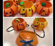 パンプキンミニ帽子&えり☆2歳児☆☺︎子どもたちの製作☺︎顔パーツをのりで貼る☺︎材料☺︎画用紙 オレンジ系両面テープのり平ゴム☆型に抜いた画用紙 青系