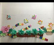 春の壁面 1〜2歳児絵本「はらぺこあおむし」からのあおむし製作いろいろな色画用紙を丸くカットしておき子どもたちが自由に色をつなげてくれました。繋げることに満足したら いろいろな物をムシャムシャ食べに出かけていました(o^^o)お花紙はキャベツのようなレタスのような‥笑ちょうちょはおりがみです。絵本のお話とは少し離れてますが、子どもたちと楽しい合作の壁面ができました♪