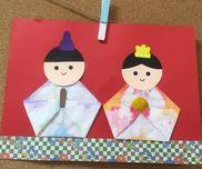 ひなまつり製作0歳児クラス染め紙パレット多めにして作ると良かった。障子紙絵の具