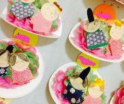 5歳児 ひなまつり製作紙皿 半分におるフラワーペーパー  ピンク,黄緑のもの顔 画用紙に色鉛筆体 画用紙に千代紙を巻く冠 折り紙