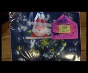 【サンタさん、待ってるね!】3歳児サンタさん→折り紙、綿、ペンおうち→色画用紙、ハサミ、ペン背景→絵の具(白、黄色)でタンポ